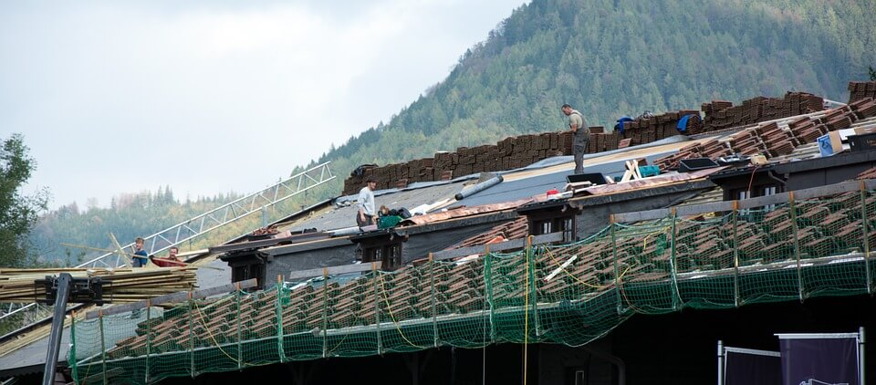dachdecker beim dach decken
